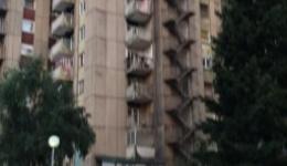 Апла. мк дознава од полициски извори дека се работи за убиство и  самоубиство, на двајца сопружници во зградата број 19 во комплексот Стара болница