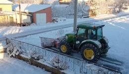 """Механизација на ЈКП """"Комунална Хигиена"""" од Новаци, од синоќа е на терен во расчистување на локалните патишта и улици од снежните наноси"""